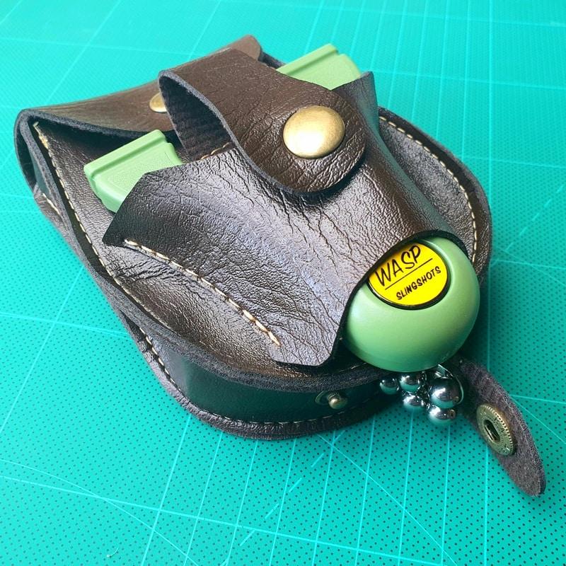 Kugeltasche mit Steinschleuder Holster